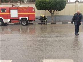 تواجد مروري مكثف على الطرق لمتابعة شفط تجمعات مياه الأمطار للحد من الحوادث |صور