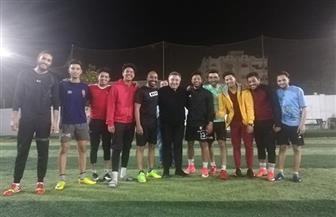 محافظ البحر الأحمر يشارك شباب الغردقة في مباراة كرة قدم أثناء هطول الأمطار