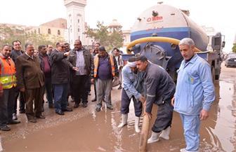 محافظ أسيوط يكافئ 4 عمال وسائق خلال جولة لتفقد رفع آثار مياه الأمطار| صور