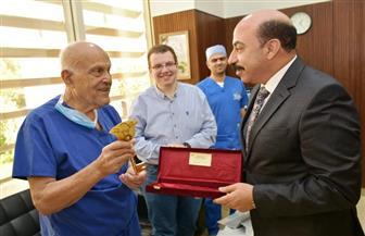 محافظ أسوان يهدي مجدي يعقوب مفاتيح مدينة أسوان | صور
