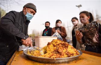 الحياة تعود إلى طبيعتها.. إقبال كبير على سوق محلي في شينجيانج الصينية | صور
