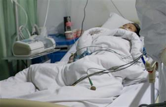 إقالة 6 موظفين حكوميين في باكستان لالتقاطهم صورة مع مريض «كورونا»