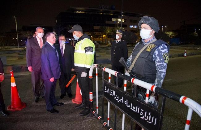 وزير الداخلية يتفقد انتشار القوات بالشوارع أثناء الحظر ويوجه بمراعاة البعد الإنساني| صور