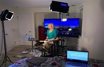 """بسبب """"كورونا"""".. مذيعة بقناة fox News  تحول غرفة نوم إلى ستديو صور"""