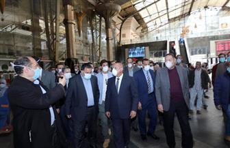 وزيرالنقل يتفقد محطة مصر ويتابع  الإجراءات اللازمة لعدم تكدس الركاب | صور