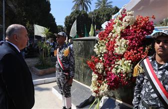 محافظ قنا يضع إكليلا من الزهور على النصب التذكاري لشهداء موقعة البارود| صور