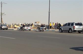 بسبب تجمعات المواطنين.. محافظ السويس يمنع انتظار السيارات بالكورنيش | فيديو