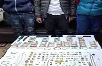 ضبط 3 متهمين بسرقة مشغولات ذهبية ومبالغ مالية من تاجر مصوغات بالإكراه