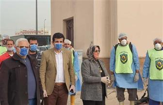 جامعة دمنهور تطهر مجمع المواقف وتوزع ملصقات للتوعية بفيروس كورونا|صور