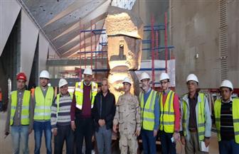 الانتهاء من رفع وتثبيت وإضاءة القطع الأثرية الثقيلة بالمتحف المصري الكبير | صور