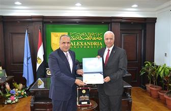 رئيس جامعة الإسكندرية يكرم عددا من قيادات المحافظة |صور