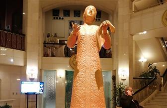 تمثال برونز لأم كلثوم يتصدر مدخل المسرح استعدادا لحفل الهولوجرام | صور