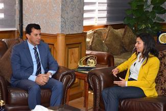 وزير الشباب والرياضة يستقبل أول مصرية تتسلق جبل البروس بروسيا