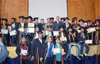 جامعة سوهاج تحتفل بتخرج 250 طالبا ببرنامج التجارة بالتعليم المدمج | صور