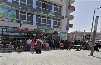 إقبال كبير من المواطنين على منافذ صرف المقررات التموينية بالبحر الأحمر