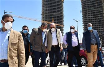 أحد الأبراج وصل إلى الدور 42 .. وزير الإسكان يتفقد أبراج العلمين الجديدة| صور