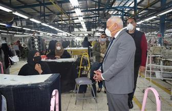 محافظ بورسعيد يتفقد مصانع ملابس للتأكد من تطبيق الإجراءات الوقائية | صور