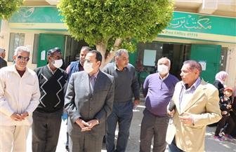 محافظ شمال سيناء يتفقد منافذ صرف منحة العمالة غير المنتظمة | صور