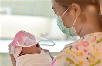 مستشفيات تايلاند تحمي المواليد الجدد بارتداء أقنعة الوجه