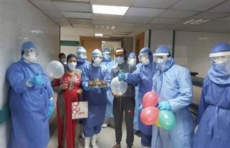 طاقم مستشفى العزل بكفرالزيات يشارك مصابين بكورونا الاحتفال بعيد زواجهما | صور