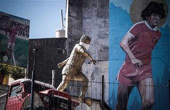 وضع كمامة على وجه تمثال مارادونا في بوينس آيرس