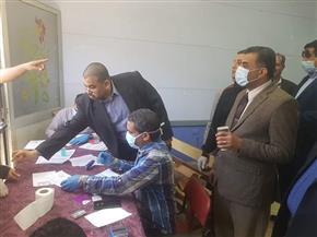 وكيل التربية والتعليم  يتابع  توزيع شرائح التابلت على طلاب سوهاج   صور