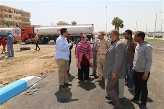 نائب محافظ السويس يتفقد أعمال التطوير والرصف بحي فيصل
