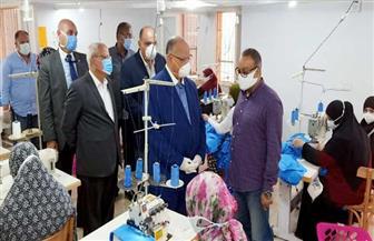 محافظ القاهرة يصرف منحة للعاملات بورشة لتصنيع الملابس في الأسمرات  صور