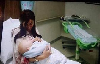 طفل دينا الشربيني يُثير ضجة على مواقع التواصل ومغردون يتساءلون عن سبب اختيارها لاسم والدة عمرو دياب