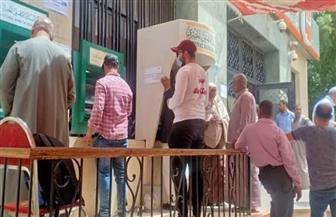 «طلاب من أجل مصر» يشاركون في تنظيم صرف المرتبات أمام ماكينات الصراف الآلي بالوادي الجديد |صور
