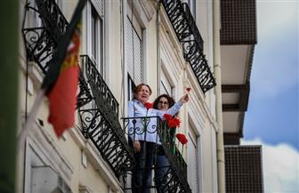 كورونا يدفع البرتغاليين للاحتفال بذكرى ثورة القرنفل من شرفات منازلهم