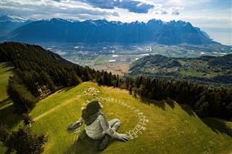 الكشف عن جرافيتي هائل عن أزمة كورونا في جبال الألب السويسرية   صور