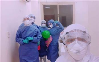 طاقم تمريض عزل أسوان يوزع الهدايا على الأطفال المصابين بكورونا | صور
