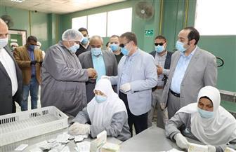 محافظ المنوفية يتفقد مصنع إنتاج الكمامات.. ويؤكد استمرار الإنتاج والالتزام بالإجراءات الوقائية | صور
