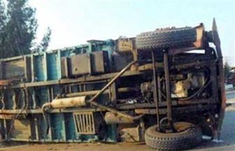 انقلاب سيارة محملة بـ 40 طن ردة على الطريق الصحراوي الغربي في سوهاج