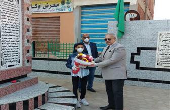 رئيس مدينة الحسينية يضع إكليلا من الزهور على النصب التذكاري لشهداء مدرسة بحر البقر | صور