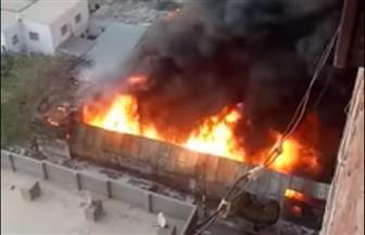 مطافي الدقهلية تواصل جهودها للسيطرة على حريق معرض ملابس في ميت غمر| صور