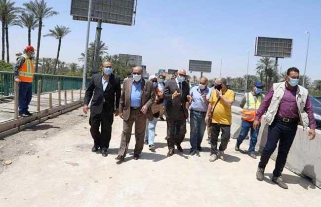 محافظ الجيزة يتفقد رصف شارع المطبعة ويقود حملة لرفع الأوتاد الحديدية من الشوارع | صور