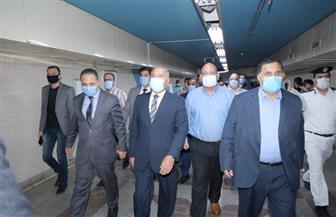 وزير النقل يفاجئ العاملين بمحطة مترو الشهداء ويوجه بالدفع بقطارات إضافية| صور
