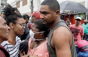 حشود كبيرة في شوارع حي برازيلي يخضع للحجر الصحي.. والسبب تجار المخدرات