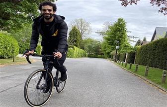 محمد صلاح يمارس رياضة ركوب الدراجات خلال الحجر الصحي