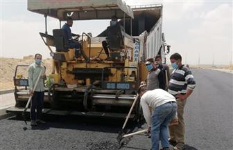 الغيطي: جارٍ تنفيذ طبقة الأسفلت الرابطة بمشروع طرق منطقة الميكرويف بمدينة الشروق