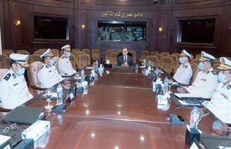 وزير الداخلية يجتمع بمساعديه لبحث استراتيجية العمل الأمني خلال المرحلة الحالية