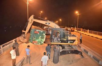 محافظ أسيوط يتفقد أعمال احتواء أزمة انقلاب مقطورة محملة بالفوسفات على كوبري الواسطى | صور