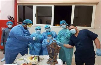 أطقم مستشفى العزل بنزل الشباب بأسوان يحتفلون بعيد ميلاد «سلمى» المصابة بكورونا