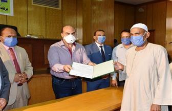 محافظ أسوان يسلم 80 عقد تقنين لواضعي اليد على أراضي الدولة | صور