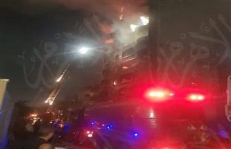 اختناق 3 أشخاص والدفع بـ 7 عربات إطفاء للسيطرة على حريق في عقار بميت نما| صور وفيديو