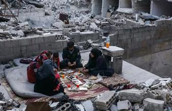 عائلة تتناول إفطار رمضان على أطلال منزلها في شمال غرب سوريا