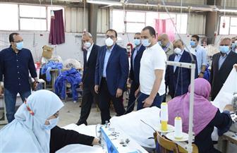"""رئيس الوزراء يتفقد أحد مصانع مشروع """"مصنعك جنب بيتك"""" بالقليوبية"""