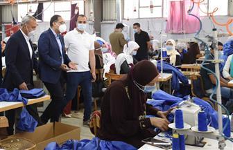 رئيس الوزراء يتفقد مصنعا للملابس الجاهزة يصنع الملابس الطبية والكمامات ويوجه الشكر للمسئولين عنه